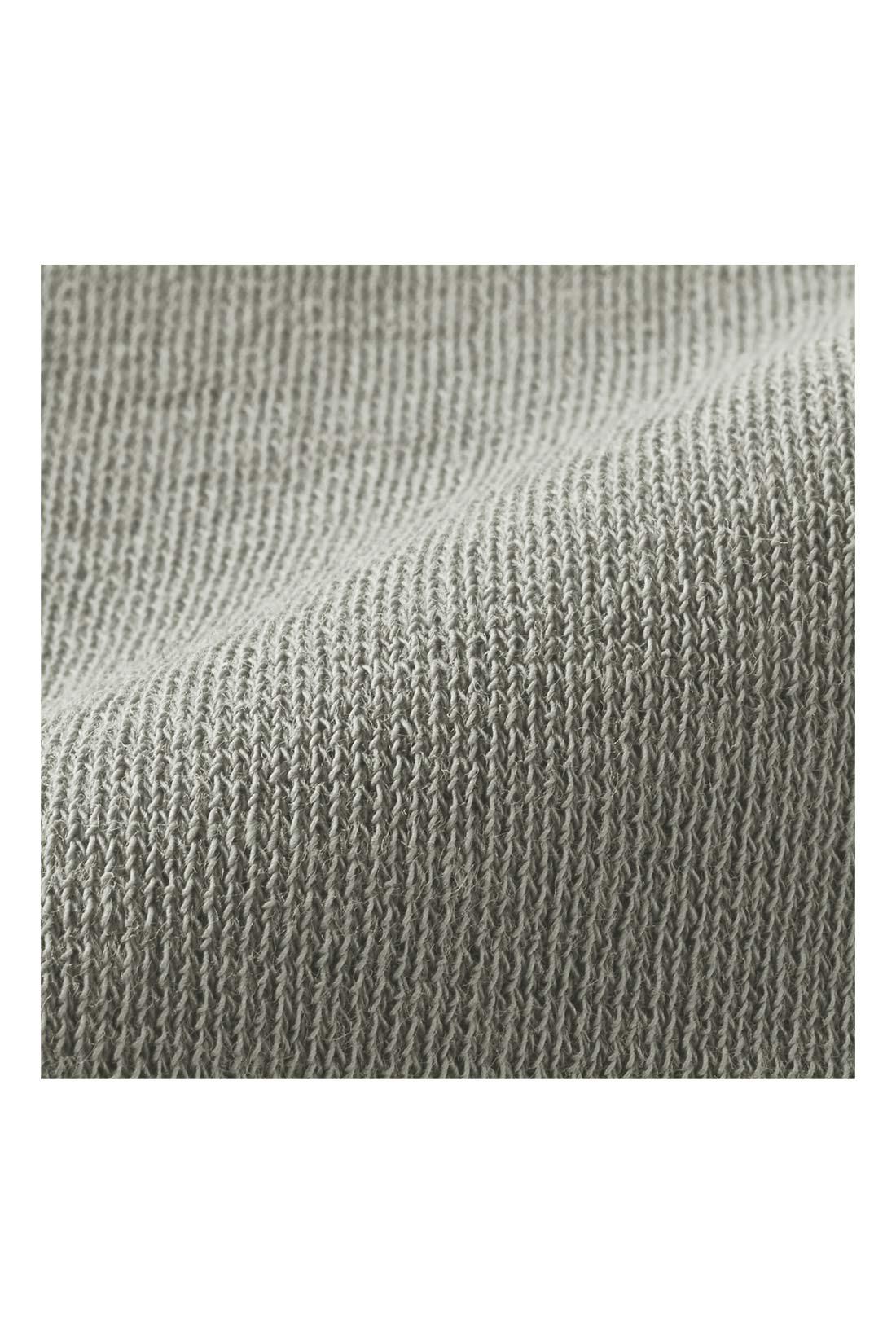シャリっと心地いい強撚ポンチの上質感 肌心地のやさしい100%コットンの強撚糸で編み立てたカットソーポンチ素材は、シャリっとさわやか。ほどよい厚みと張りが上質感のある印象で、透けにくいのも着やすさの理由です。