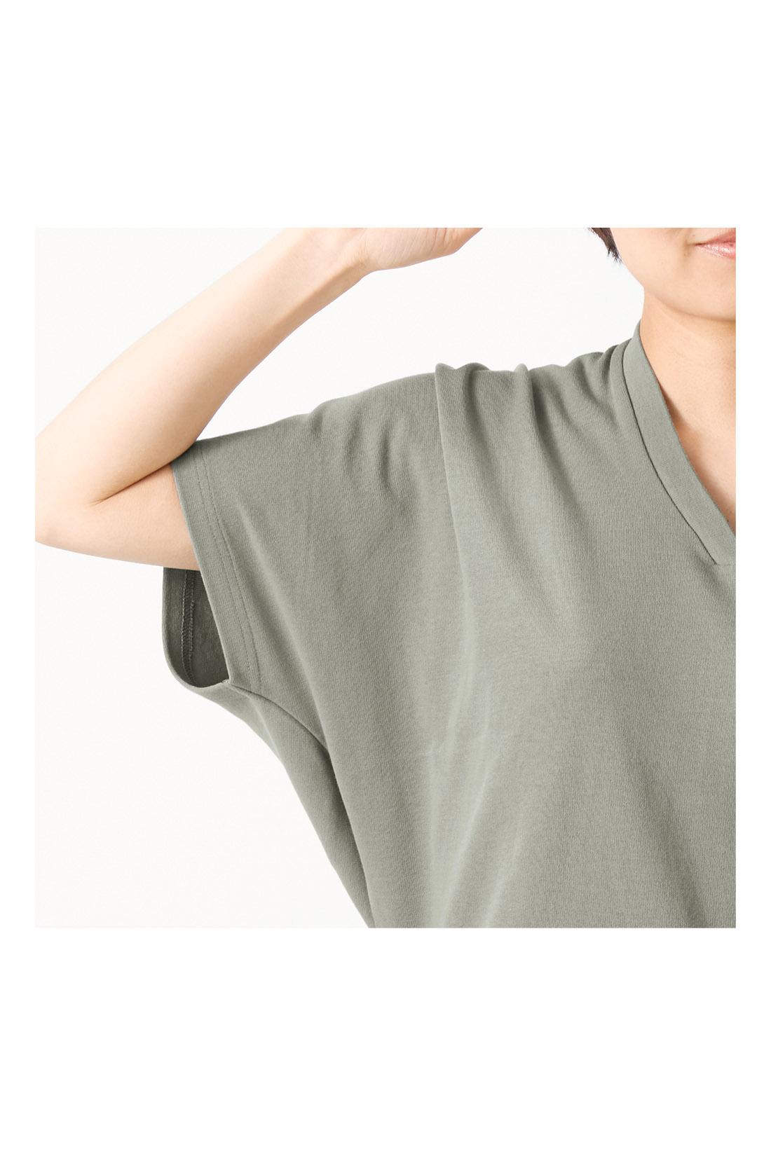 肩まわりを女っぽくカバーするドルマンシルエットで、腕を上げてもわきが見えにくく安心です。