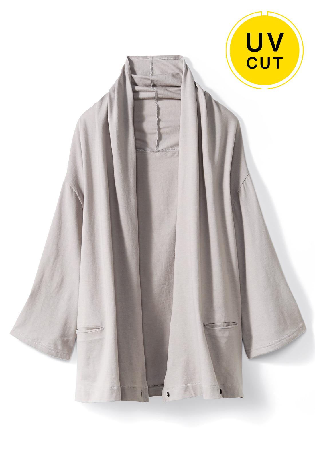 着こなしを選ばない〈グレー〉 着流すだけで女っぽい 好印象に華やげる、衿もとの美しいドレープがエレガント。