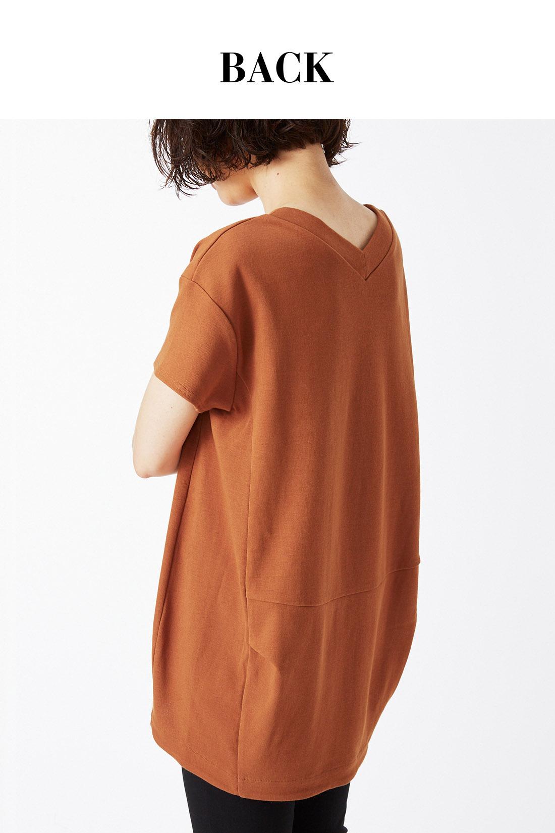 女性らしい首すじを強調するVネック。わきのタックで構築的なシルエットをつくります。 ※着用イメージです。お届けするカラーとは異なります。