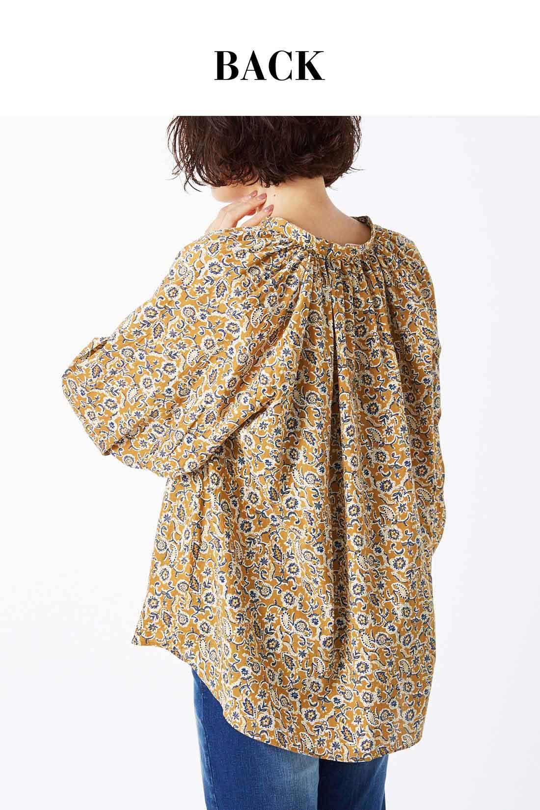 バックにもギャザーを贅沢に入れてふんわり感を演出。すぽっと着るだけで衿足あたりの抜け感がいい感じに決まるデザイン。
