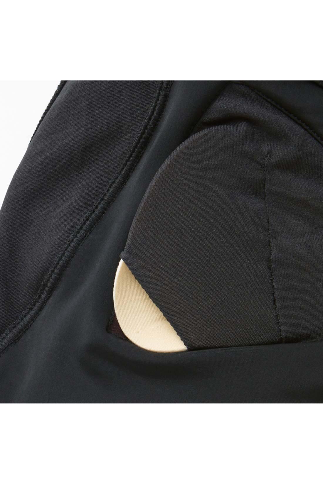 取り外し可能なカップ付き 胸もとの開きが少なく安心感があるのでスポーツウェアとしても重宝。ふっくらやわらかなカップは取り外せて便利。