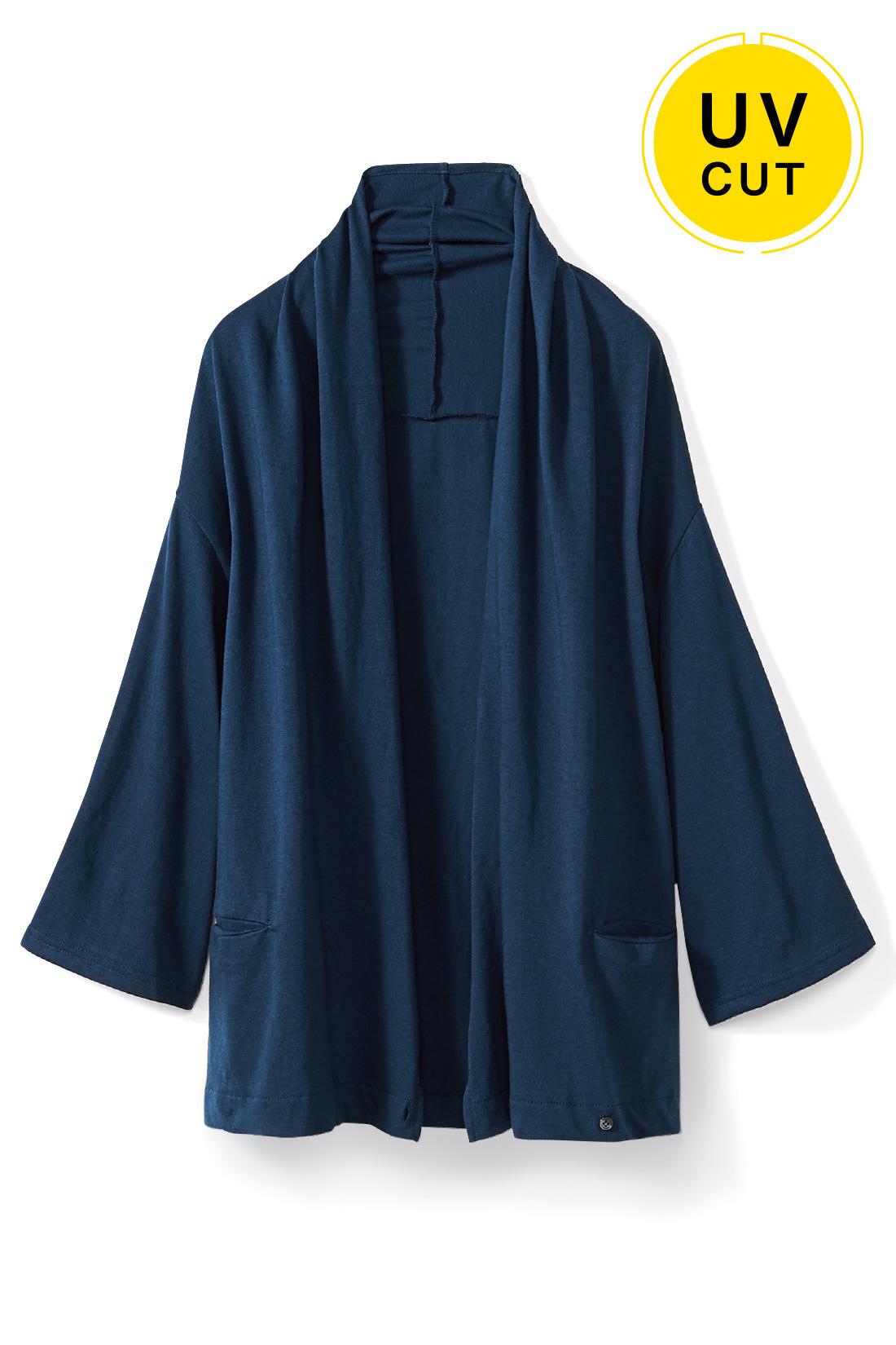 ノーブルに着こなせる〈ネイビー〉 着流すだけで女っぽい 好印象に華やげる、衿もとの美しいドレープがエレガント。