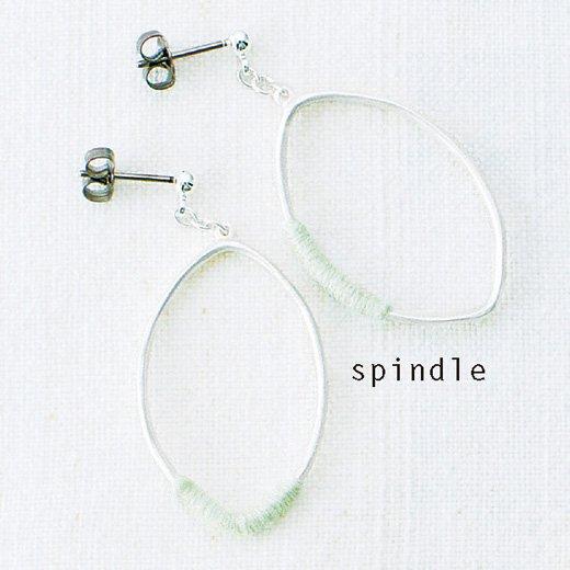 イラストレーター 山本 祐布子さんと作った 耳もとで揺れる 糸巻き ドローイングピアス&イヤリング(spindle)