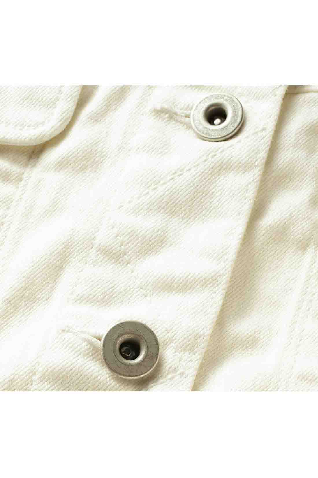 凹凸感のあるムラ糸で白生地用に特別に紡いだ糸で織り上げたホワイトデニム。