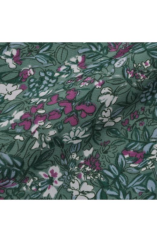 光沢をおさえたマットな素材に、ヨーロッパ調のシックな花柄プリントが大人の雰囲気。