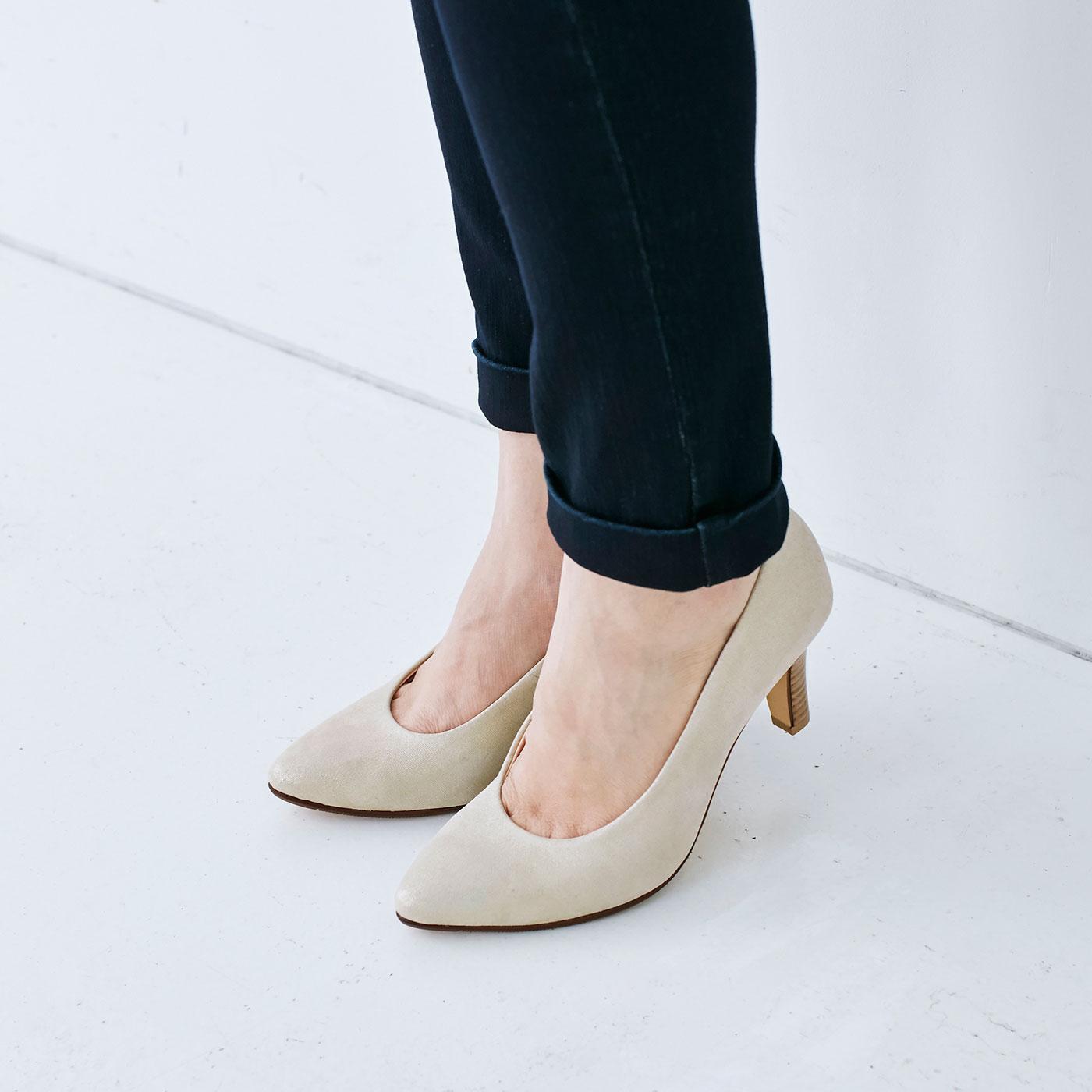足なじみがよく、やわらかな羊革。シープスキンのスムースは、履き心地だけでなく見た目にも上質さを感じさせます。ワンランク上のブラックパンプスです。