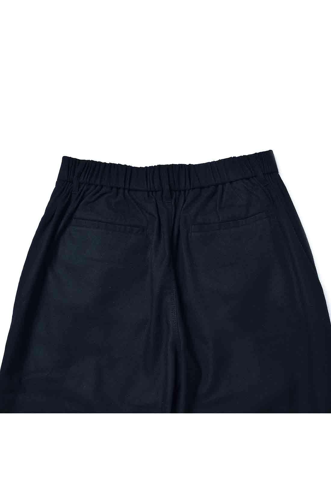 すっきり見えるスラックス風ポケットと、動きやすい後ろゴム仕様を採用。
