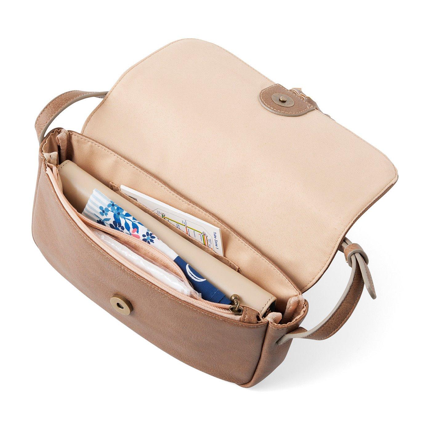 ファスナーポケット1個、オープンポケット1個。長財布が入るサイズです。