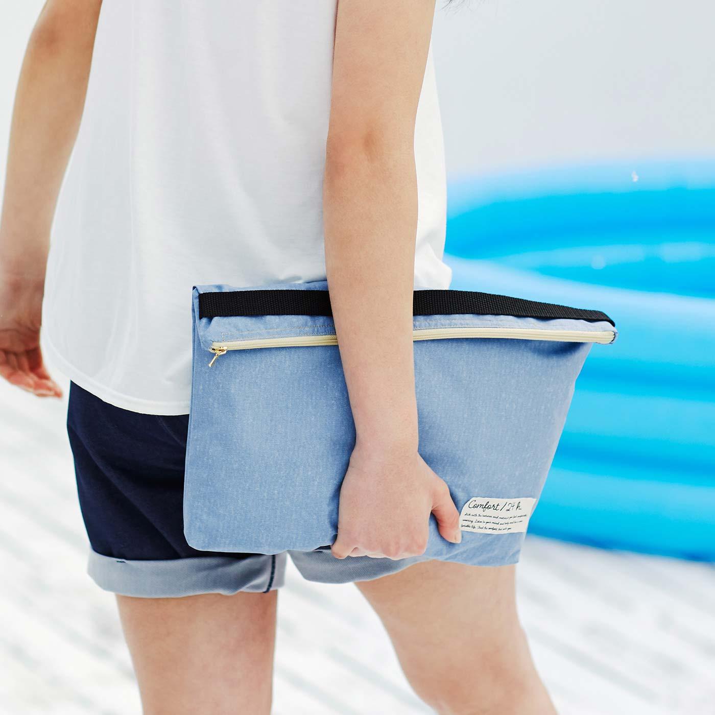 防水素材のポーチで荷物を水しぶきから賢く守って。