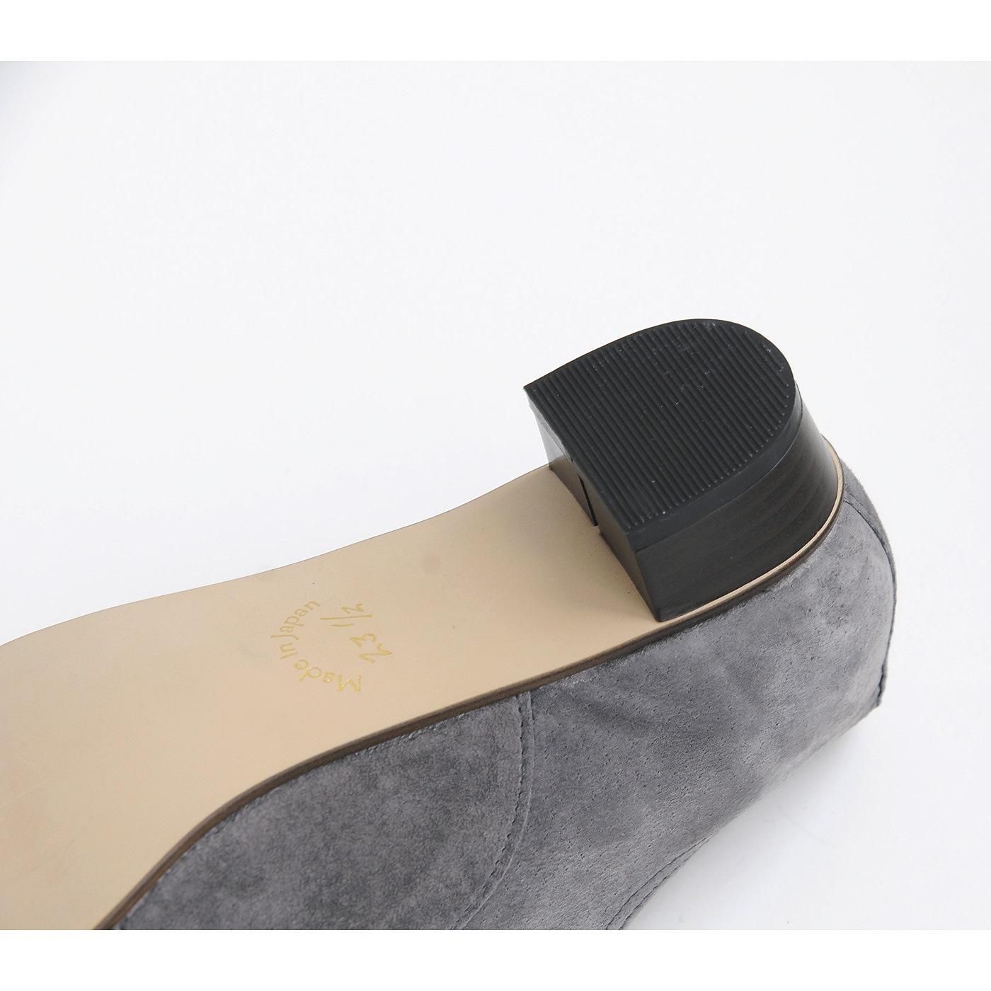 靴底のソールにも丈夫な合成ゴムを使用。ヒール底には、消音機能のあるリフトを採用しています。