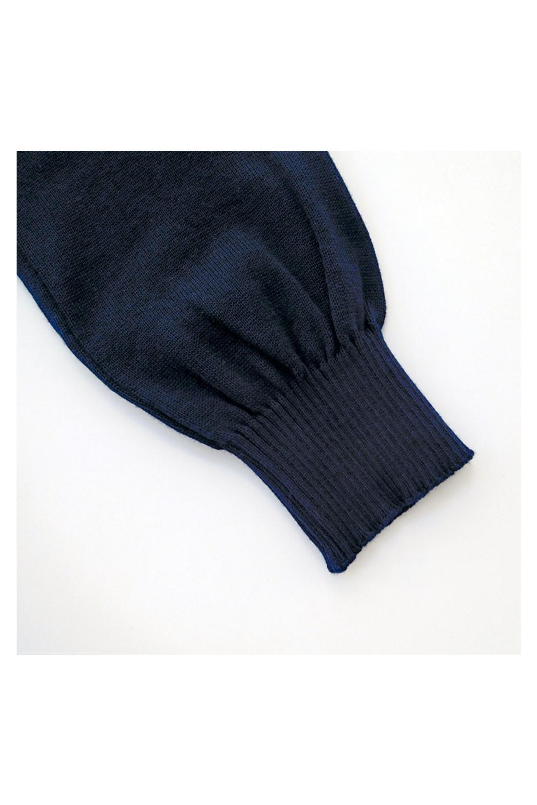 袖口のリブをキュッと仕上げて、少しボアンとなっているのがオンナノコ。