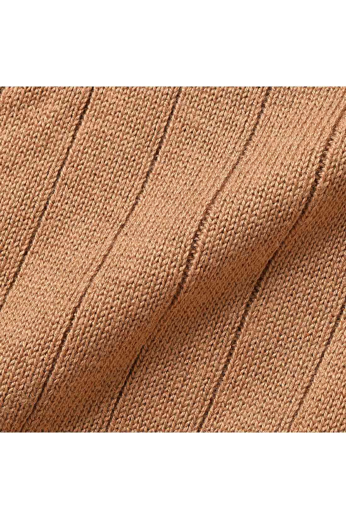リブ幅は、細いとからだのラインを拾いすぎ、太いとカジュアルに。中太リブなら大人っぽい雰囲気に。