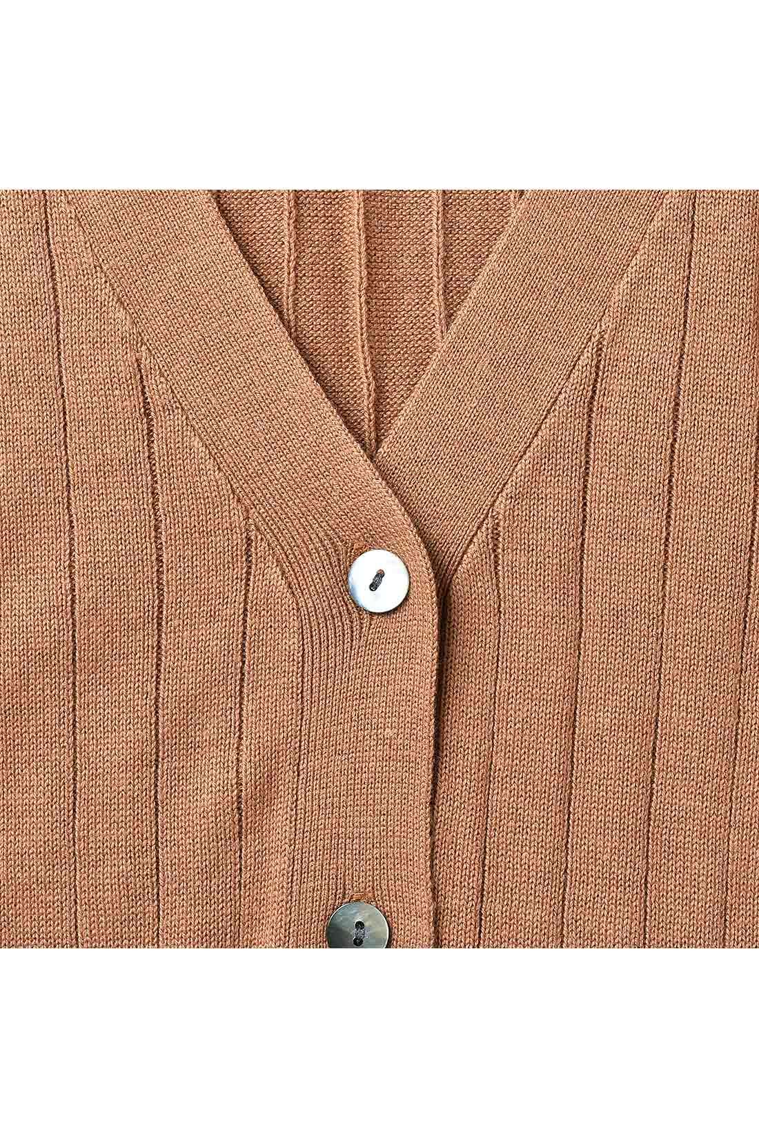 広めの前立て幅にしたトレンド設計と、こだわりの貝調ボタン。