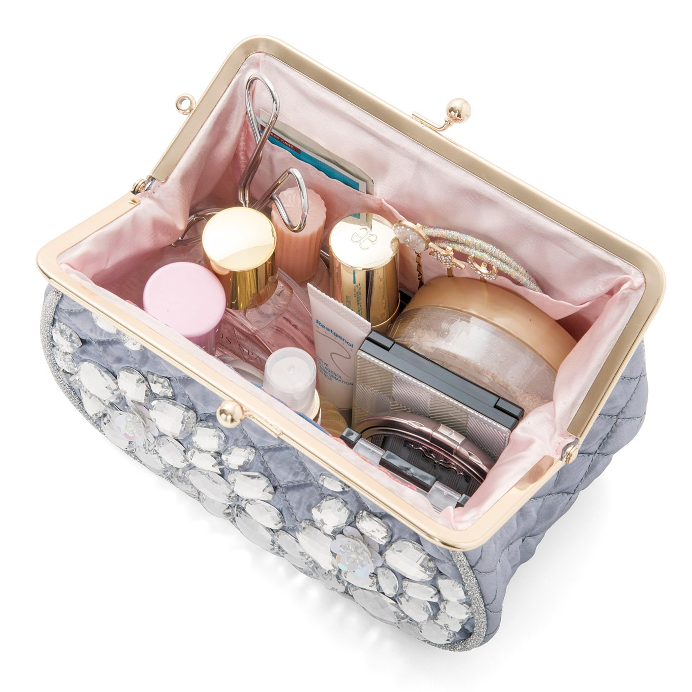 がま口でガバッと開いて、大きめのものも収納可能。内側にはポケットがふたつ。