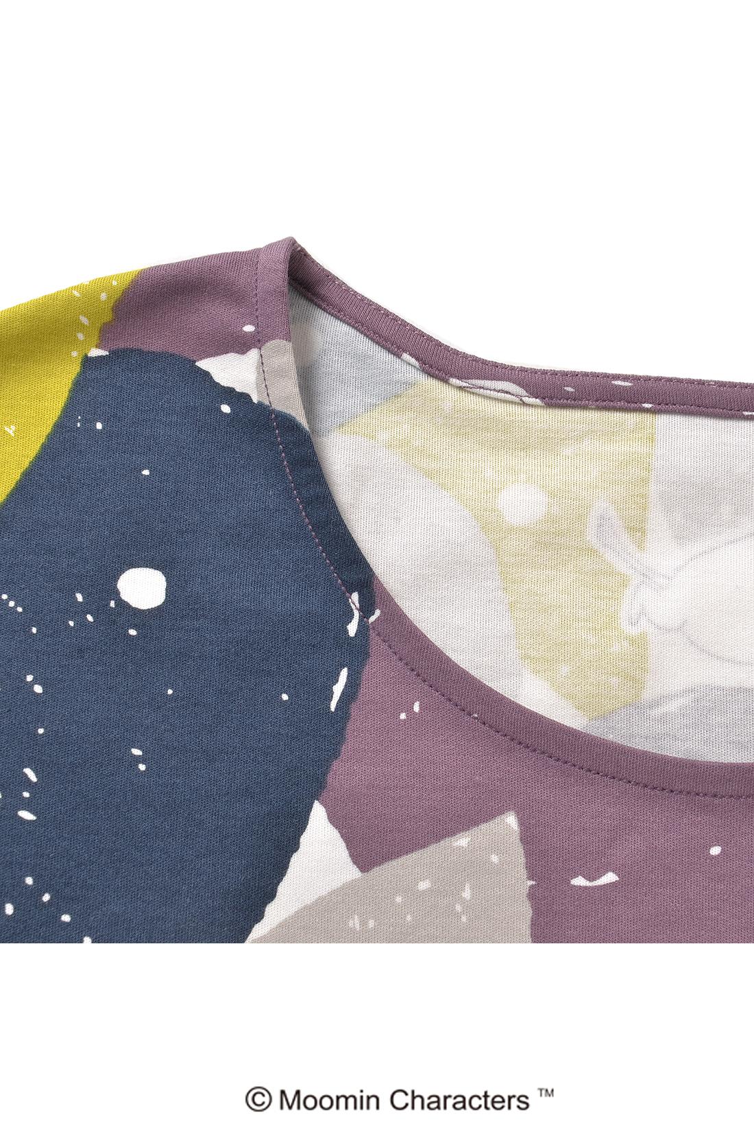 ほどよいネックの開き具合だから、Tシャツ感覚で一枚で着てもタートルなどと組み合わせてもOKね。