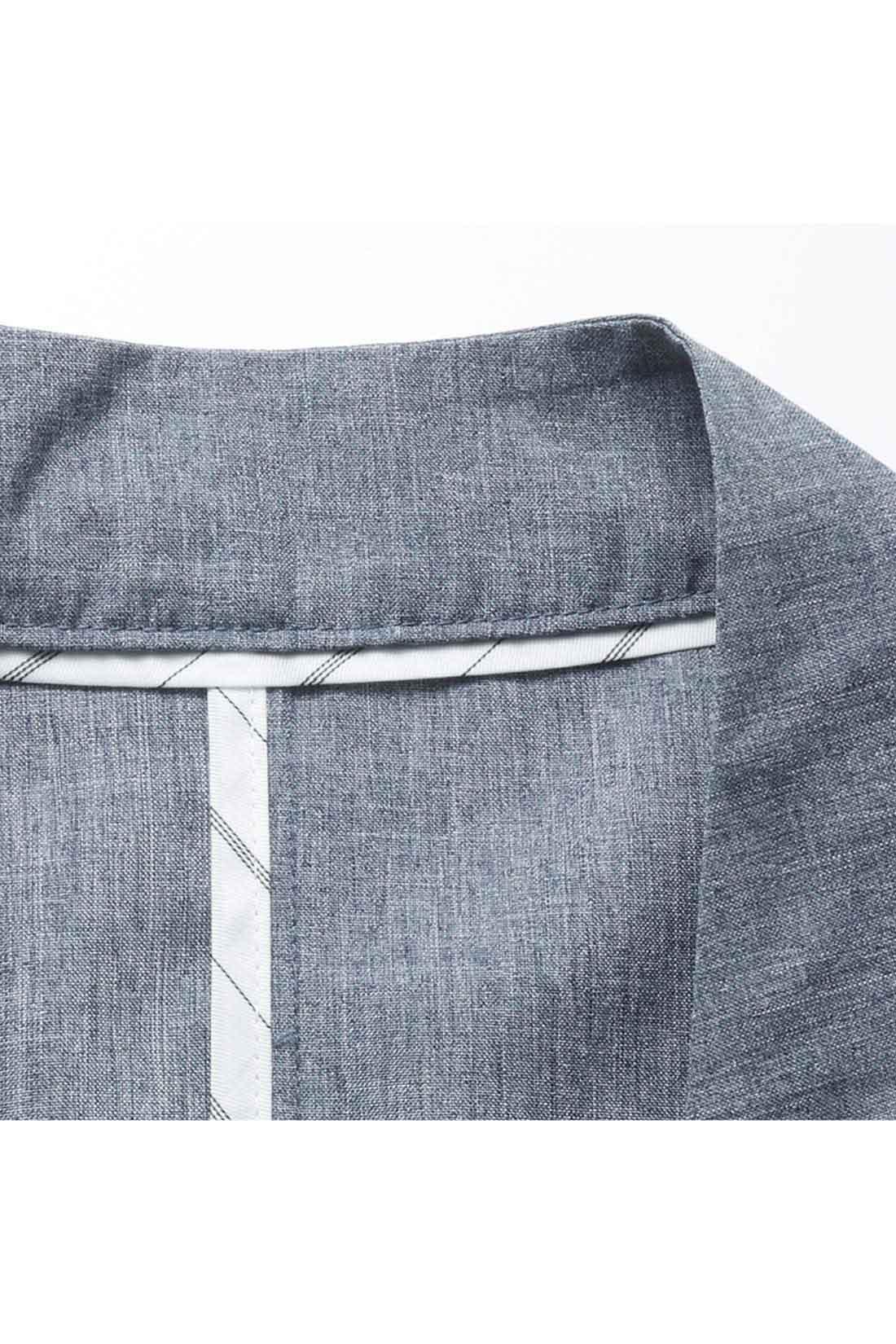 縫製が肌に直接ふれないようストライプのパイピングでカバー。脱いだときにもアクセントに。