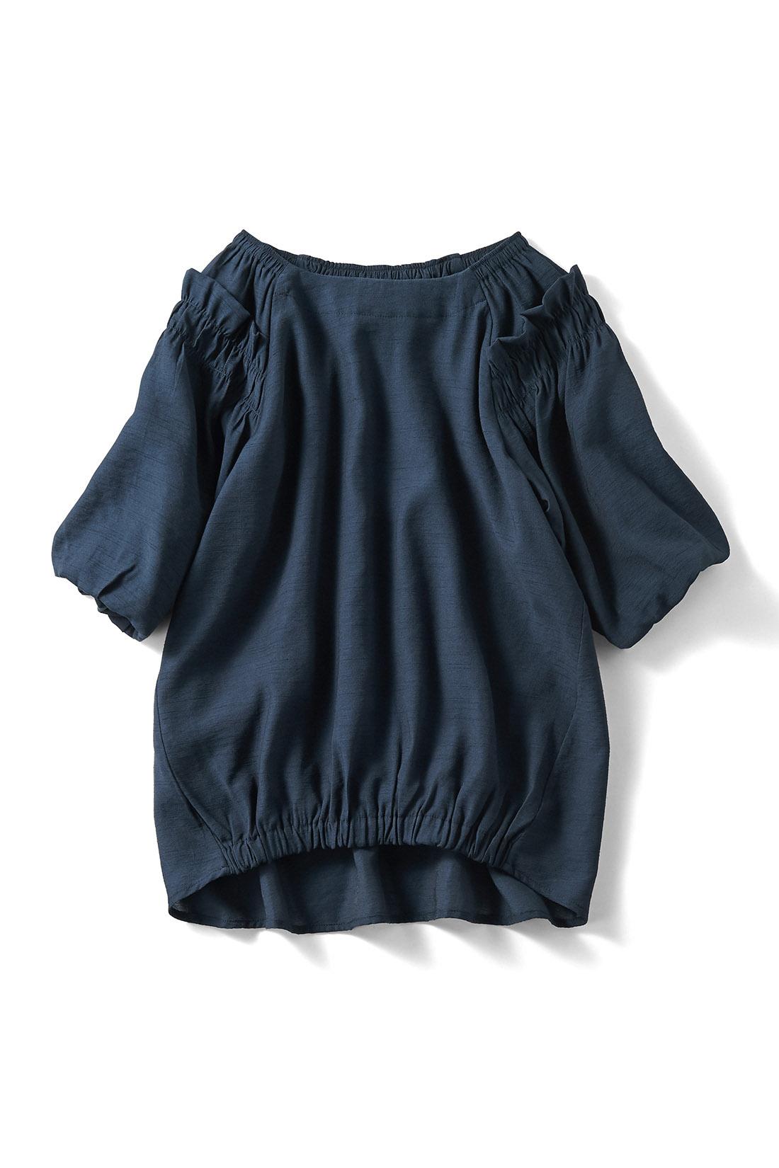 甘さ控えめな〈ネイビー〉 着るだけでフロントインしたようなこなれ感が出るギャザーゴムデザイン。
