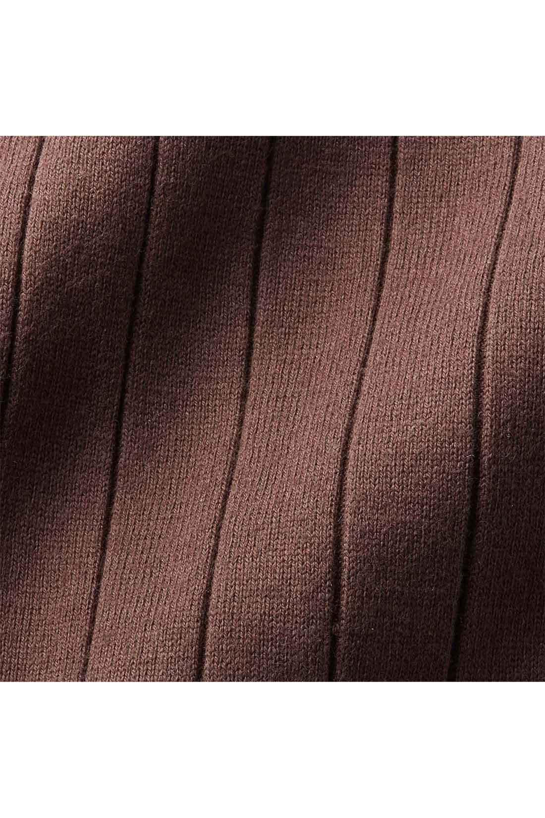 ニットライクなワイドリブカットソー。 縦目線の細見え効果と適度なフイット感できれいなボディーラインを演出。適度な張りと厚みのある、しなやかな肌当たりの綿混素材。 ※お届けするカラーとは異なります。