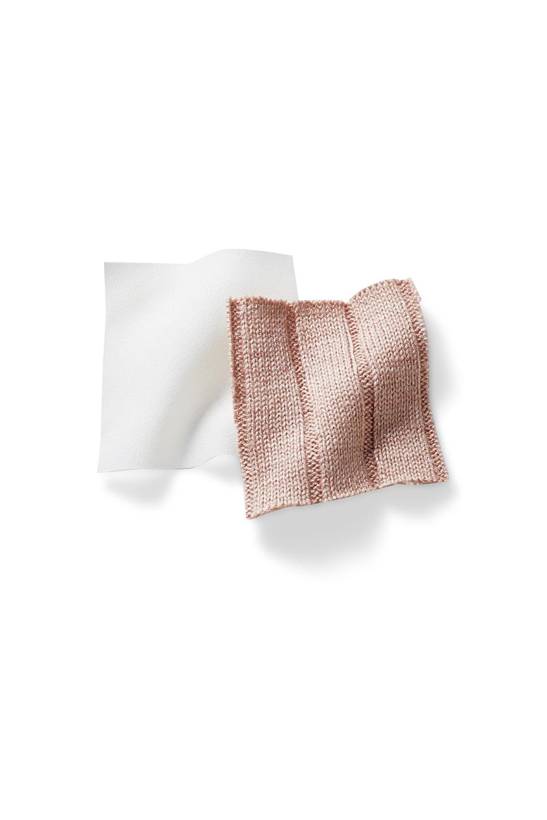 透け感が気になりにくいアイボリーのブラウスと、シルク混が肌に気持ちいいトレンドのワイドリブニット。