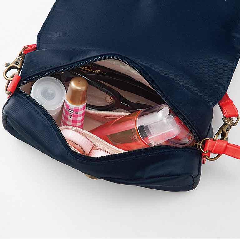 手前のメッシュポケットには、小さなコンタクトケースや目薬などこまごましたものを。