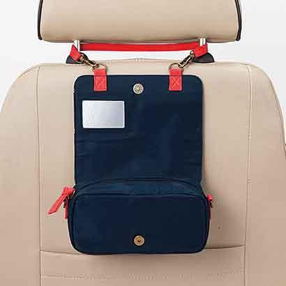 持ち手を付け替えて、機内や車内で前方の座席に掛けられます。