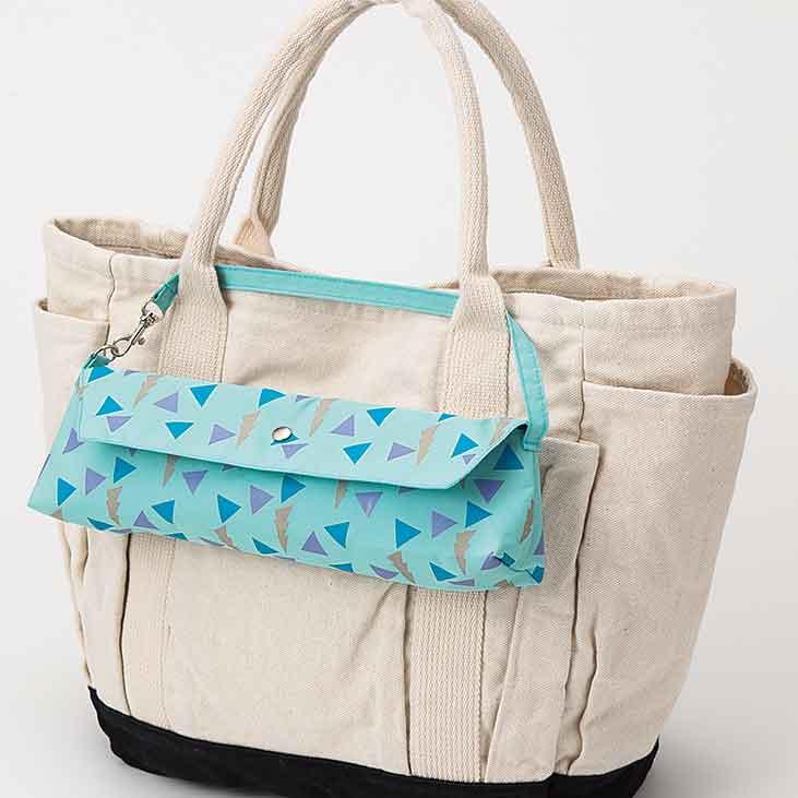 専用ケースは、持ち手のスナップボタンでバッグに取り付けられます。