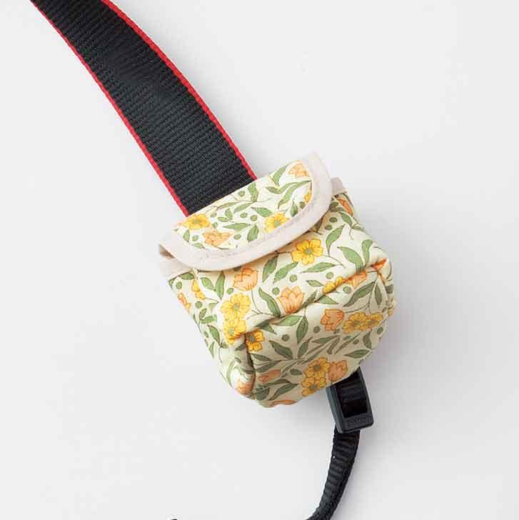 ころんとしたかわいい形。背面の面ファスナーで巻き付けるように装着して。