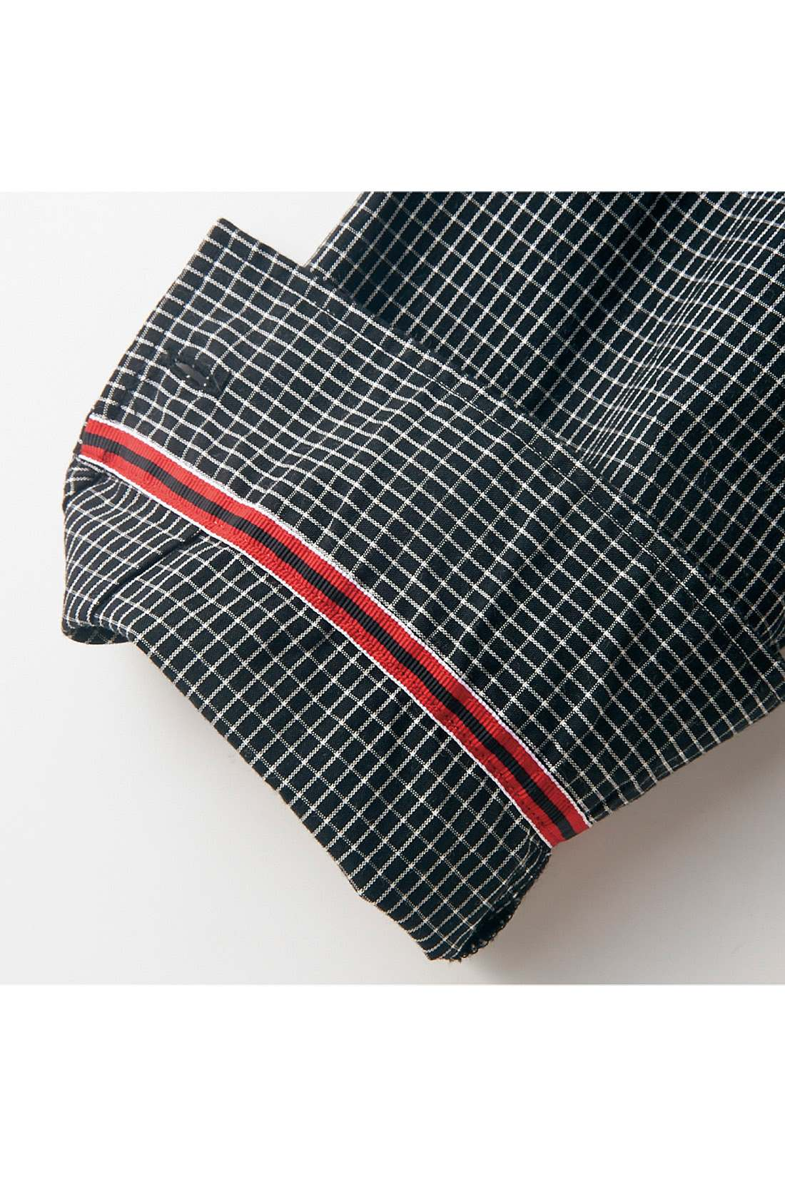 袖と衿の裏には、着こなしのアクセントになる2配色のテープをさりげなく。