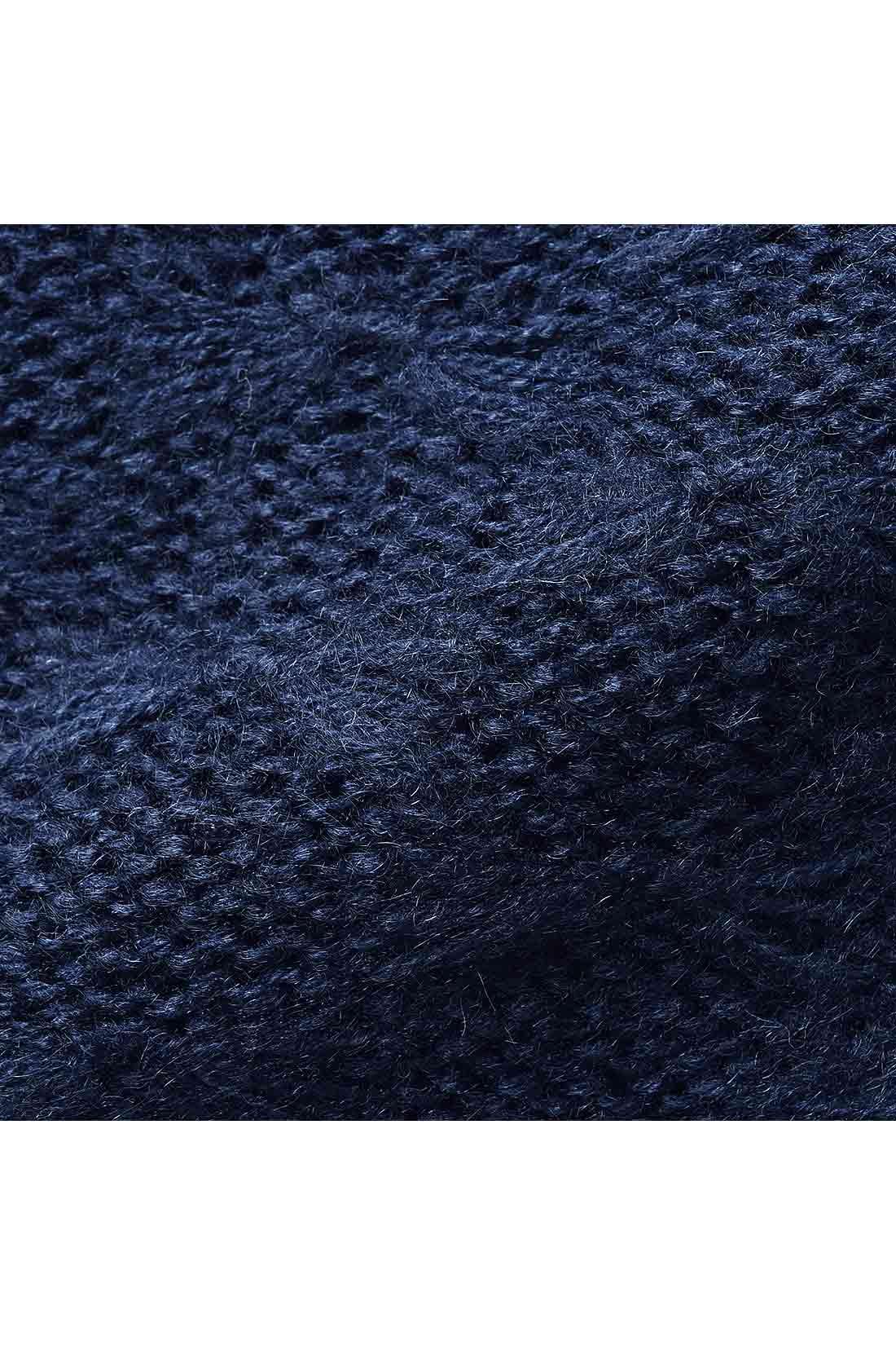 モヘアタッチの糸でリボンのようなふんわりやさしい編み地に。