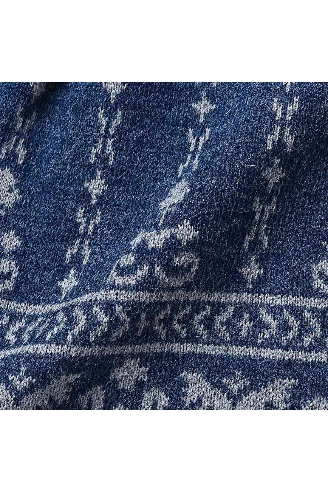 アンゴラタッチの暖かな素材に、華やかさとやさしさのある縦柄ですっきり見え効果も。