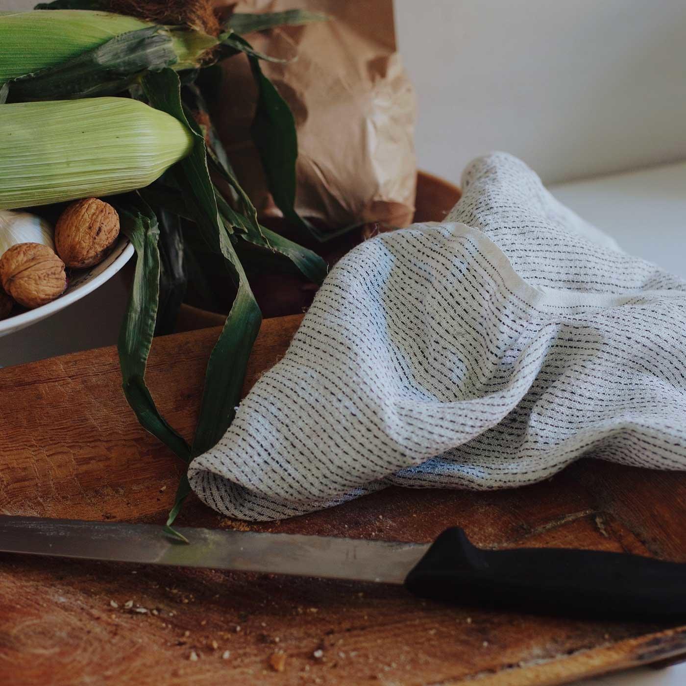 デンマークのテキスタイルデザイナーがつくった日常遣いできる麻のキッチンクロス/カリン・カーランダー