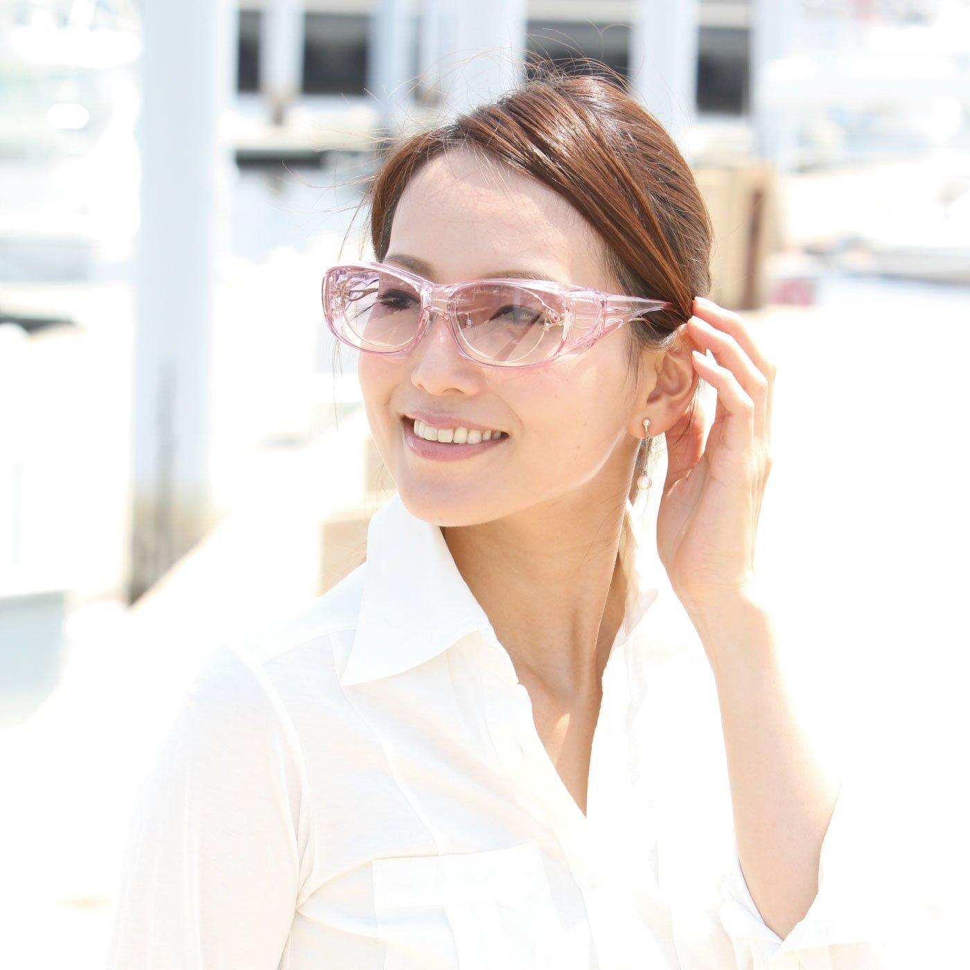 目元をやさしくガード 曇りにくい薄色レンズのオーバーグラス