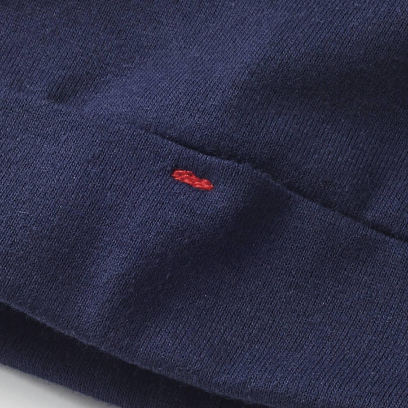 袖口には配色ステッチのアクセント。