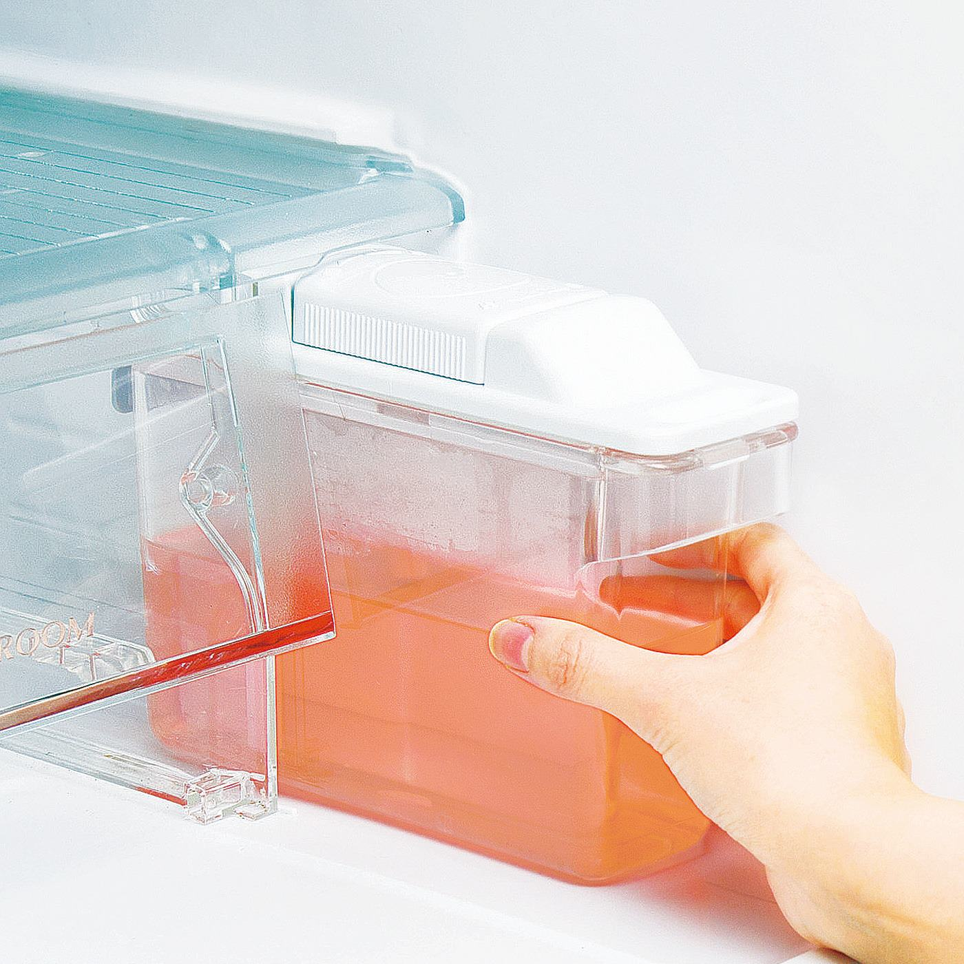 製氷機に液剤を入れて洗浄します。