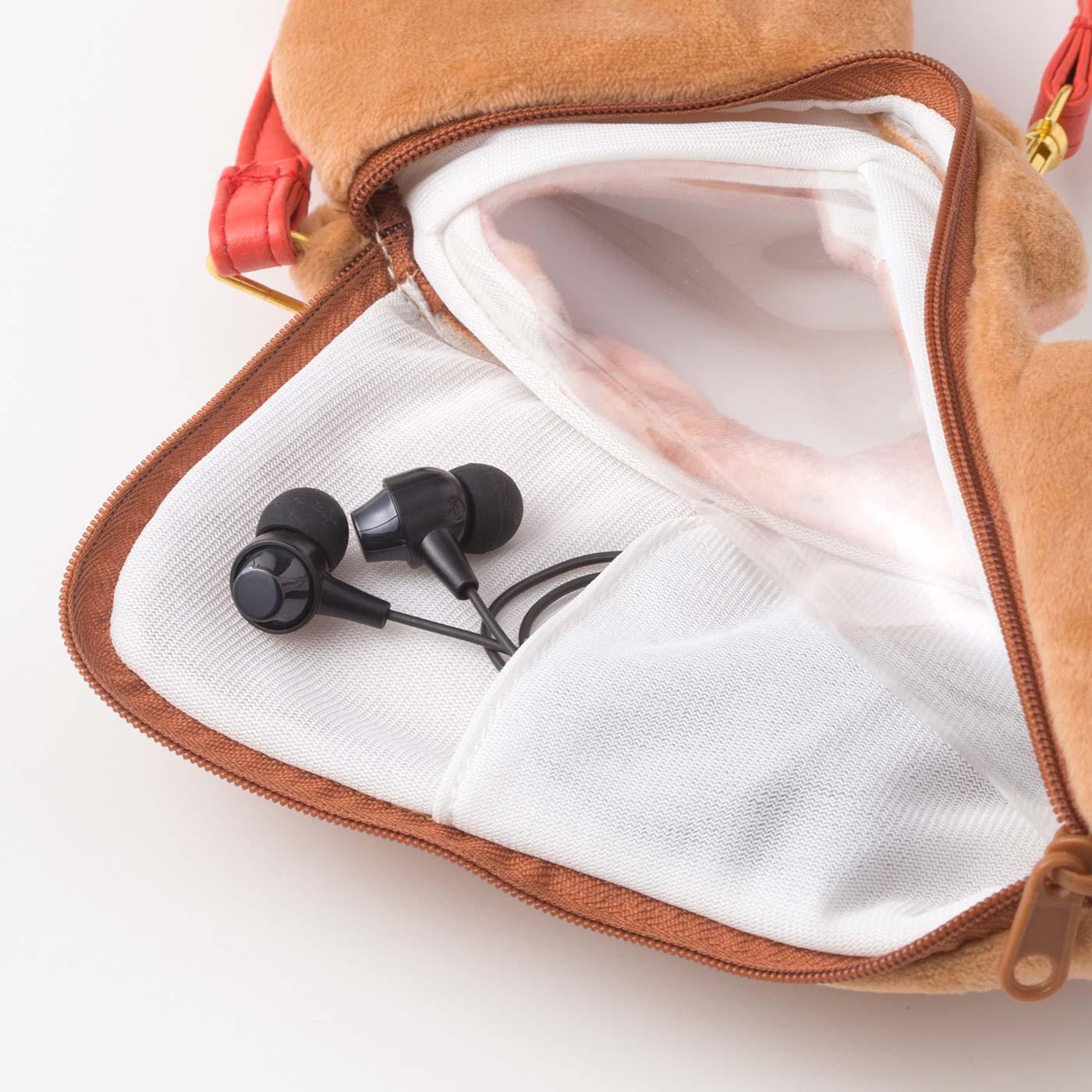 L字ファスナーで出し入れしやすい。イヤホンや小銭入れに便利なポケット付き。