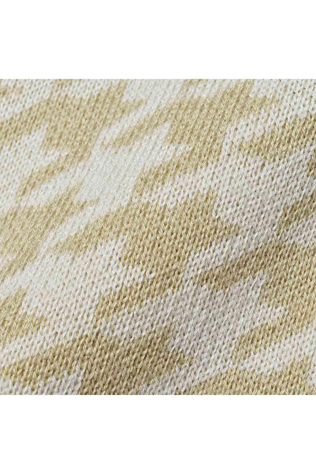 着ぶくれして見えない柄の大きさで、きれいな表情をつくるダブルジャカードニット素材。