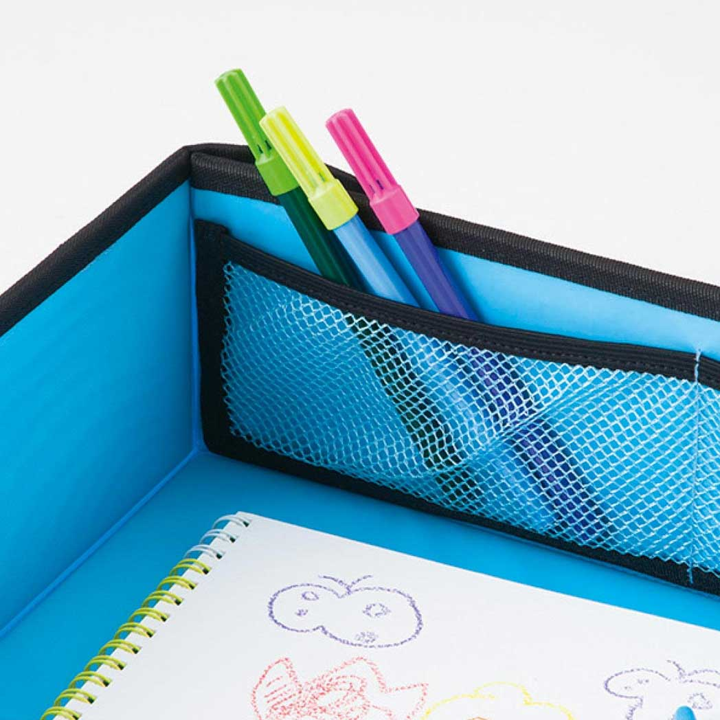 ペンなどを入れておくのに便利なメッシュポケット。