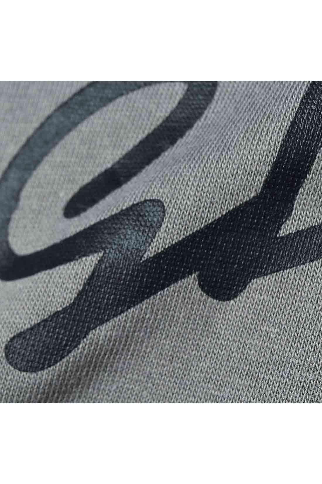 スタイリッシュなロゴデザインのプリントは、大人っぽいマットラバーの光沢感。