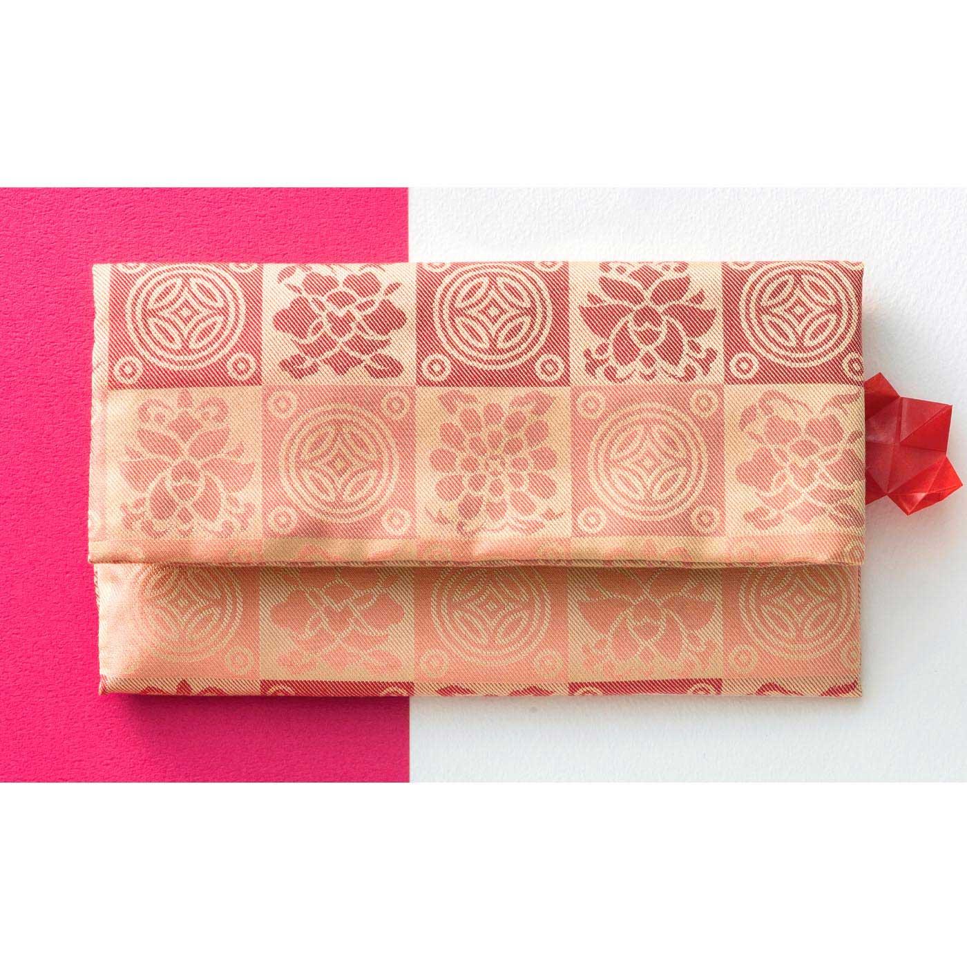 広げると、伝統的な正方形に。念珠もすっぽり入ります。 京都西陣で織り上げた絹100%。古来、風流茶人に愛された遠州緞子柄を用いました。
