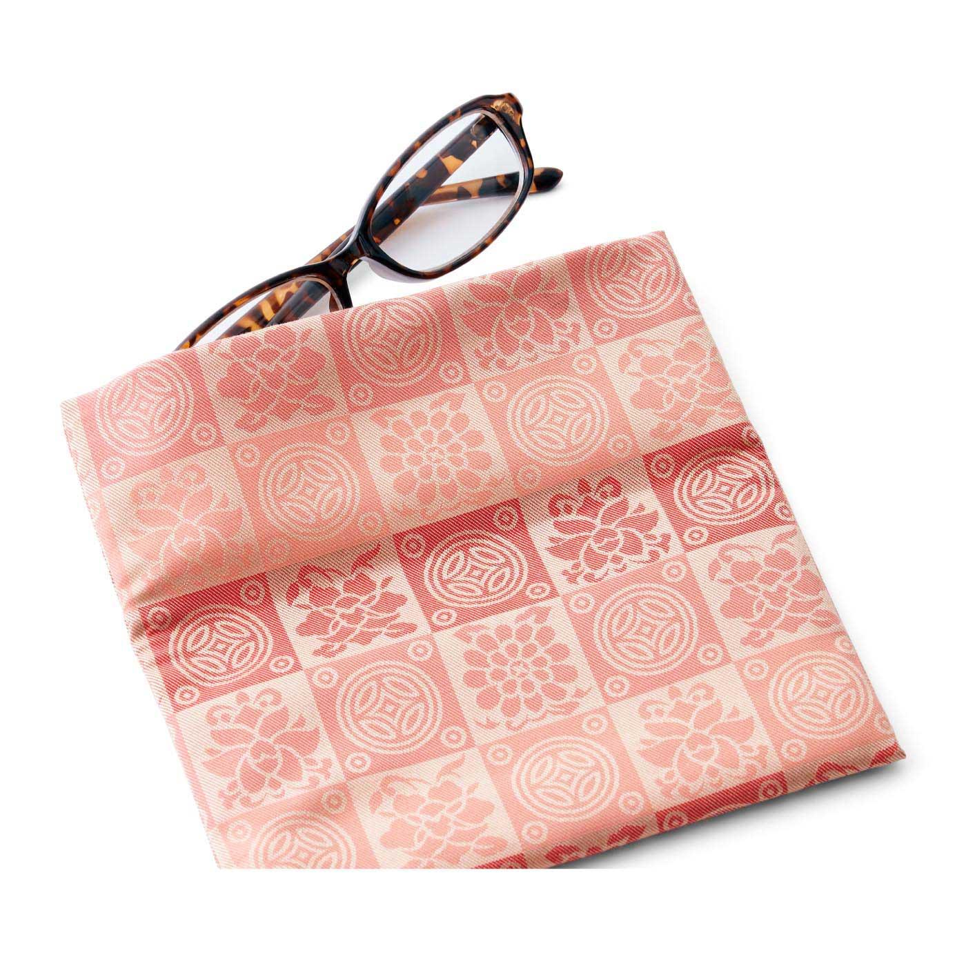 正方形に本仕立てした絹の数珠袋。眼鏡入れなどにも。