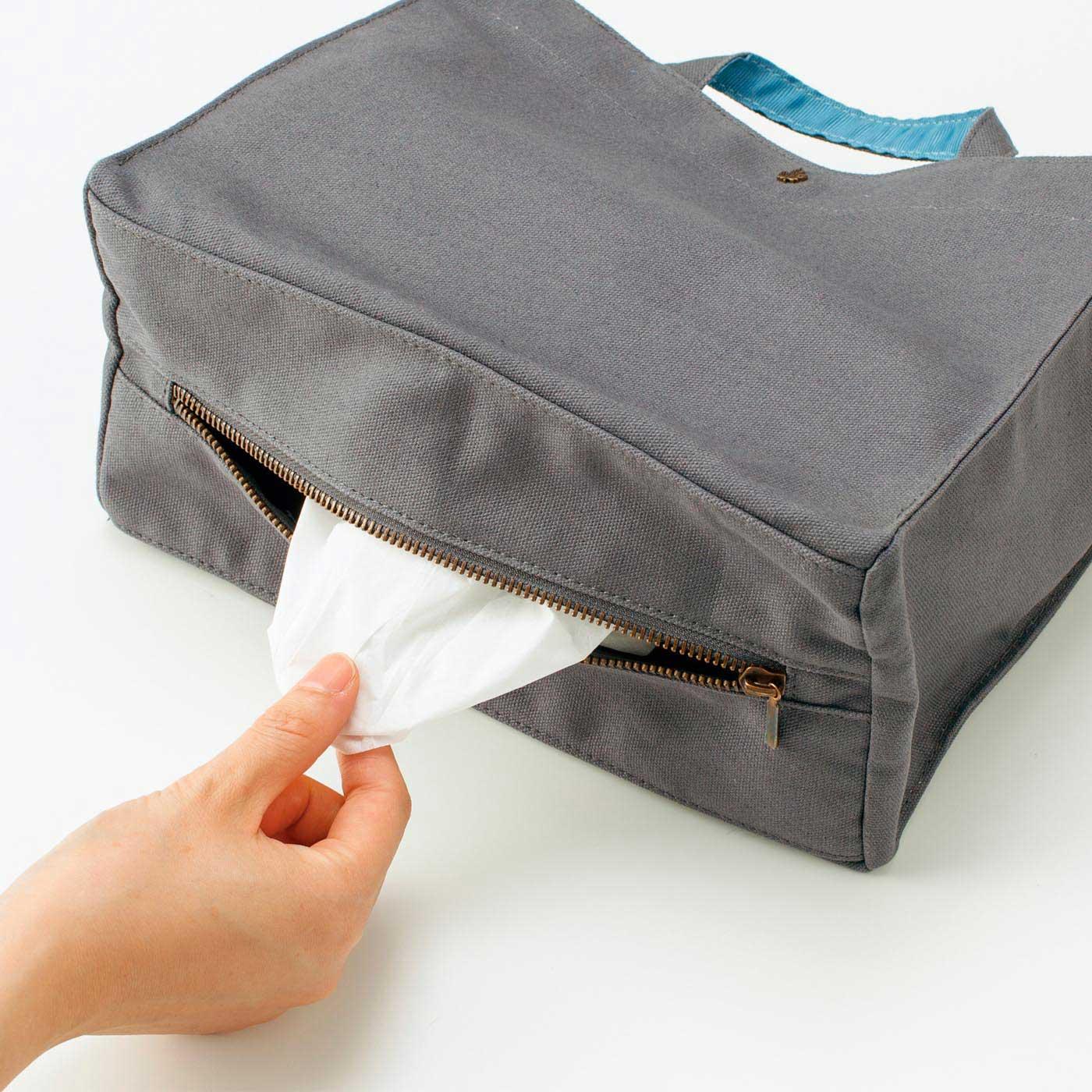 底からティッシュをサッと取り出せます。口の開きはファスナーで調節可能。予備のティッシュボックスも入れられます。