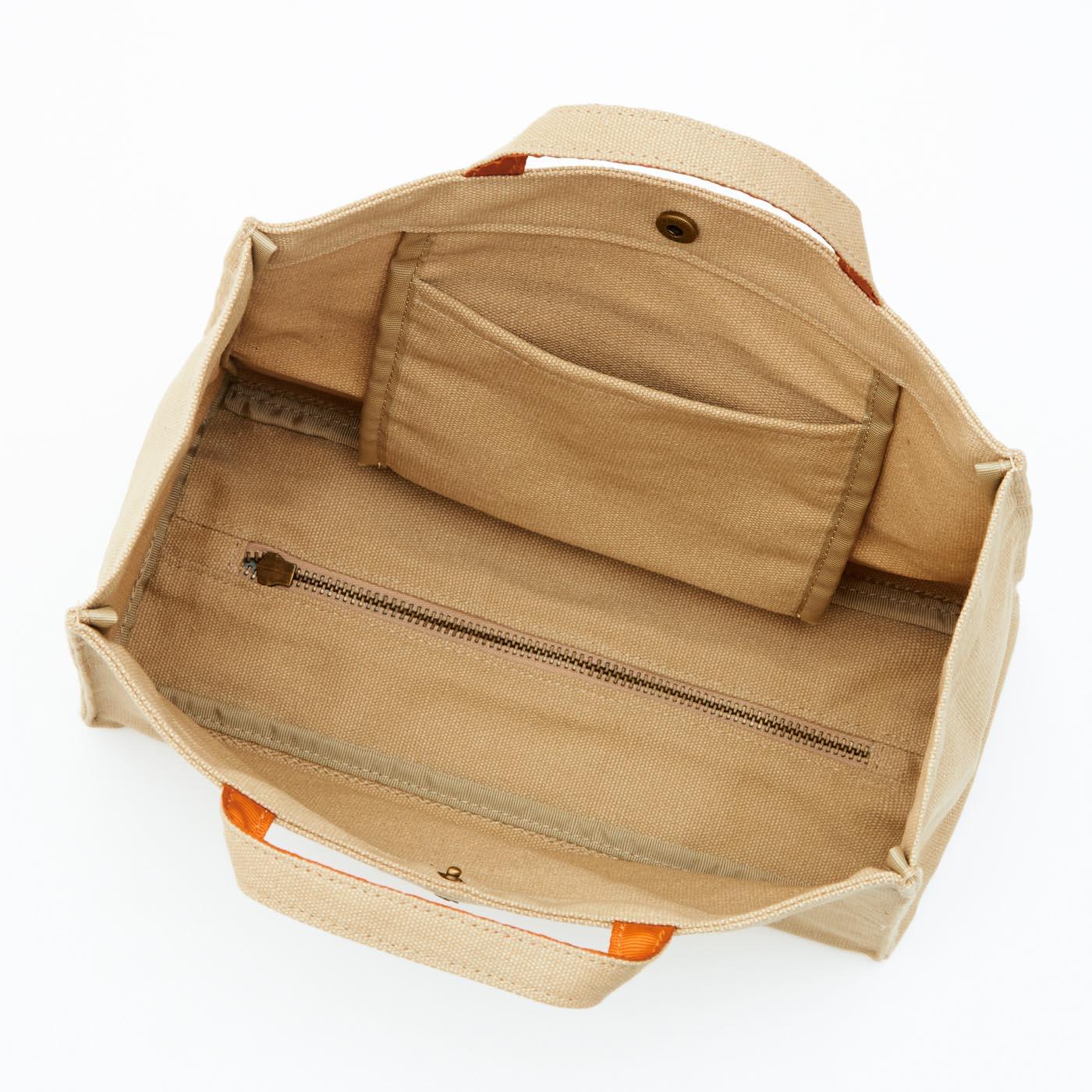 こまごま物も収納できる便利な内ポケット付き。 底のファスナーをが便利な秘けつ。開き具合いの調節ができます。