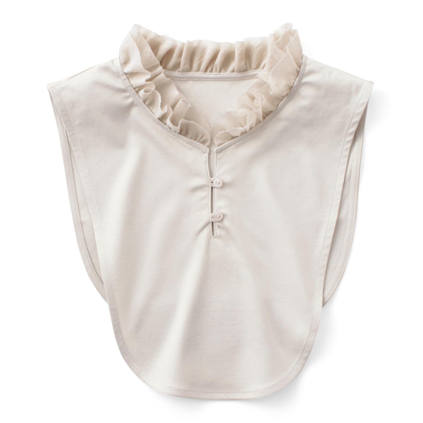 〈グレージュ〉立ち衿をイメージした二枚仕立ての華やかなデザイン。 首もとの開き調節は、スリット部分のボタンで微調整可能です。