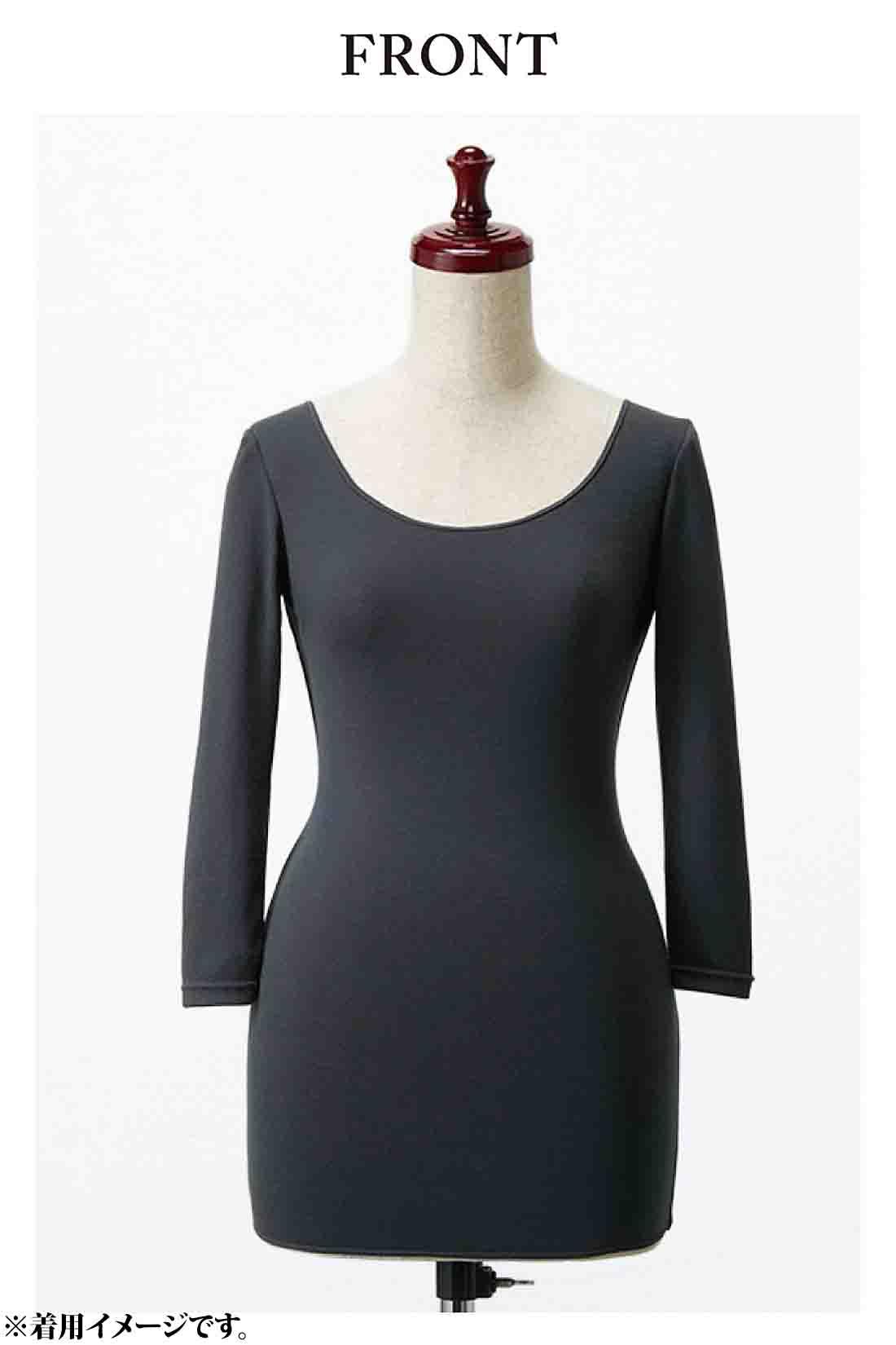 大きく開いた衿ぐり 冬でもデコルテ美人 重ね着してももたつかない、すっきり仕立ての八分袖も◎。