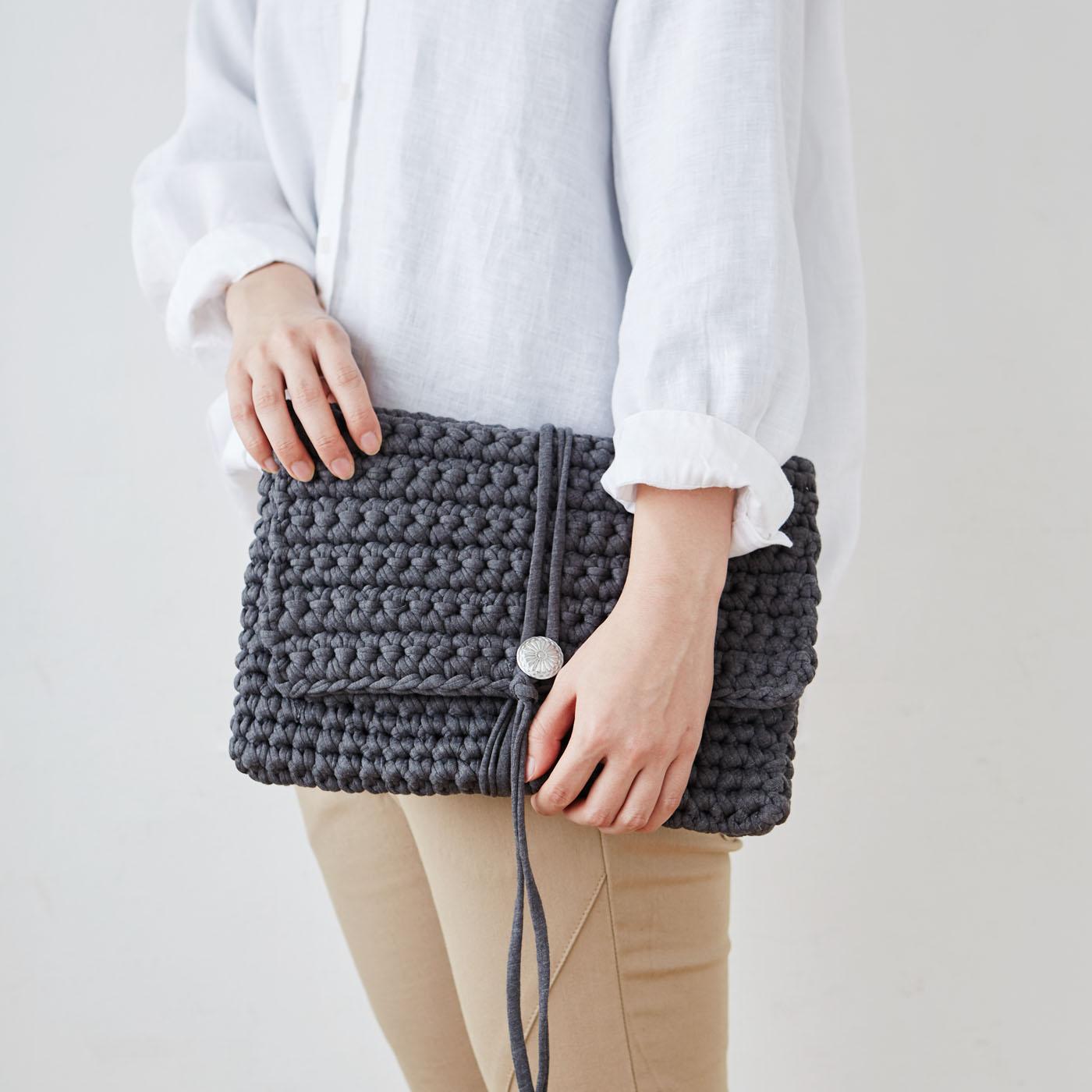 ボタンが付いたクラッチバッグタイプ。トートバッグよりもシンプルな編み方です。(写真のカラーは〈1〉DARKGREYです。)