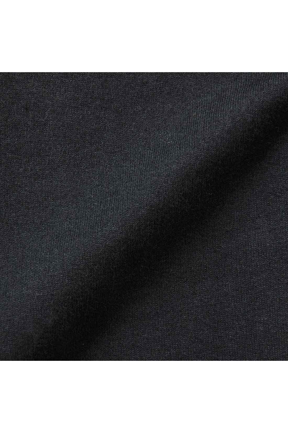 前身ごろのサイドと後ろ身ごろ、袖は全面のびやかなストレッチミニ裏毛素材。