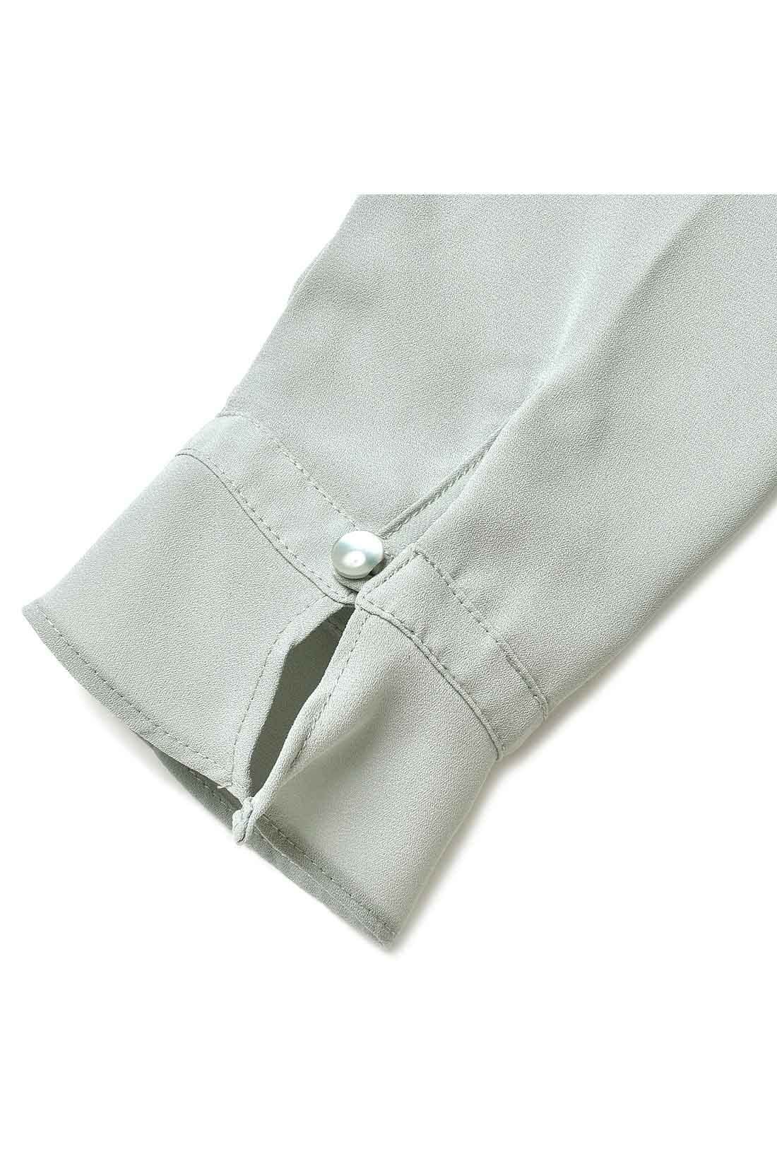 ボタン遣いや袖口の仕様など、シンプルながらポイントになるディテール遣いが絶妙。