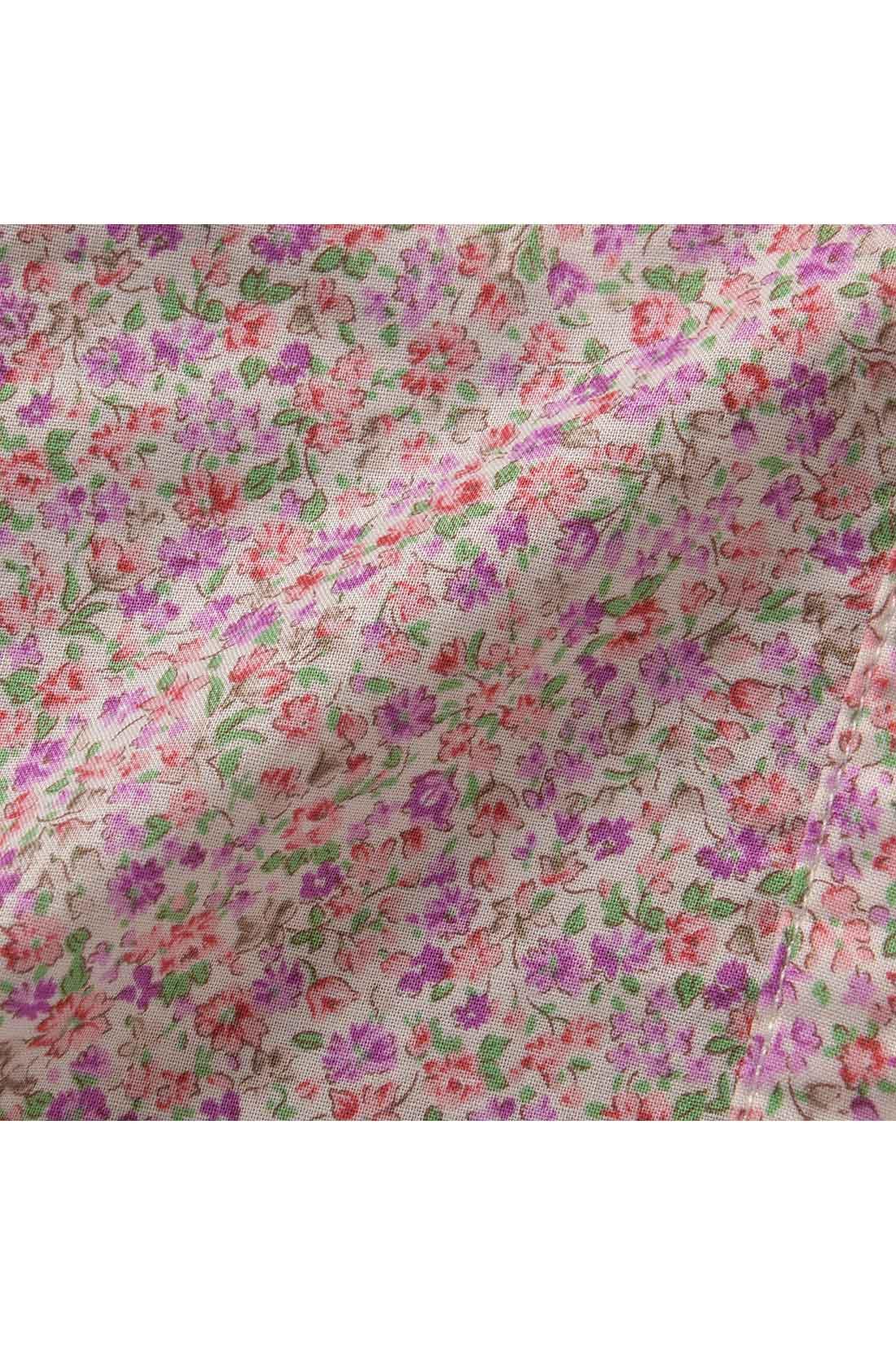 シャツ生地は、柄ものでも着こなしやすいフェミニンな小花柄。