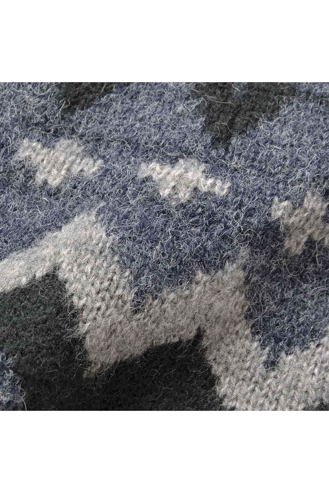 ウール混のニット素材に、さらに起毛をかけた編み地は、見た目も着心地も◎。
